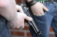 В Киеве трое в масках, угрожая пистолетом, отобрали у женщины 100 000 гривен