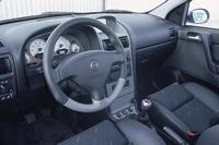 Мелкие неровности и швы Astra OPC преодолевает с комфортом обычной версии.  Никаких чудес: подвеска Astra OPC почти...