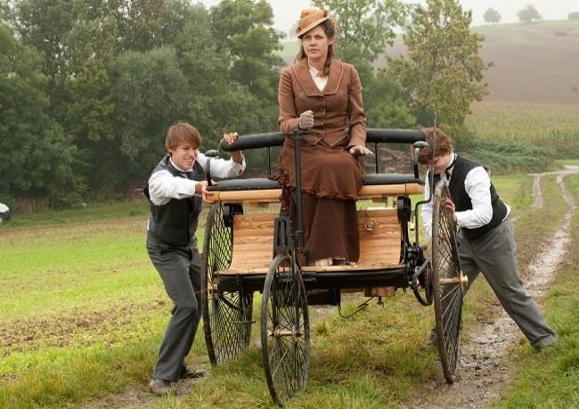 Берта Бенц с сыновьями во время первого автопутешествия (кадр из фильма Карл и Берта)