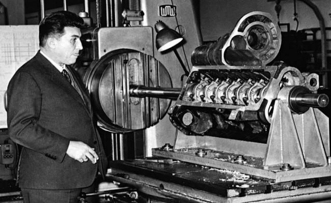 Ферруччо Ламборгини у стенда с двигателем V12, 1963 год