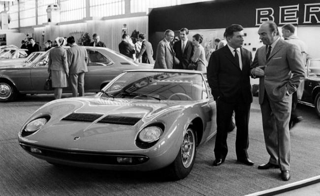 Ферруччо Ламборгини и Lamborghini Miura на стенде Женевского автосалона, 1966 год