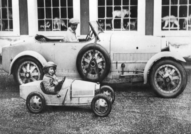 Bugatti Type 35 (за рулем старший сын - Жан Бугатти) и Bugatti Type 52 Baby (за рулем младший сын – Роланд Бугатти), 1930 год