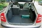 Полезный объем багажника, измеренный стандартными 4- и 8-литровыми кубиками, – 484 л. Это очень немало. Удобству погрузки способствует огромная пятая дверь; она же напоминает, что «Октавия» – чистой воды хэтчбек.