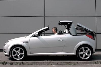 Нажатие клавиши - и купе начинает превращаться в открытый автомобиль