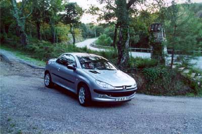 """C поднятой крышей """"Peugeot 206 CC"""" комфортабелен, как обычное купе."""