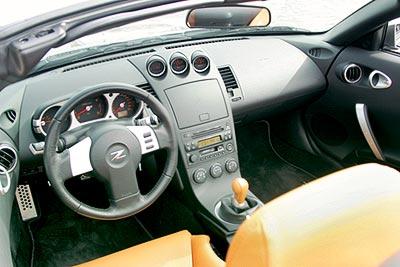 Кокпит словно окружает водителя. Например, приборы на центральной консоли повернуты в сторону пилота.