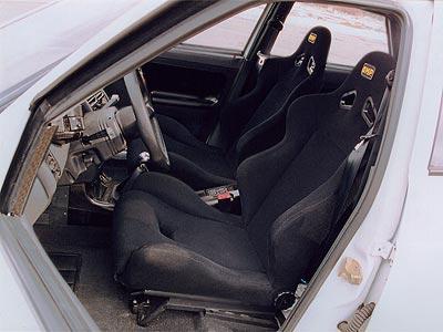 """Внутри тюнинговая """"Лада"""" отличается от стандартной в первую очередь анатомическими креслами и """"гоночным"""" рулем."""
