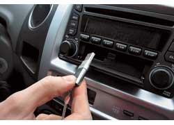 Штатная магнитола оснащена USB-разъемом, благодаря чему можно слушать музыку прямо с флешки – очень удобно.