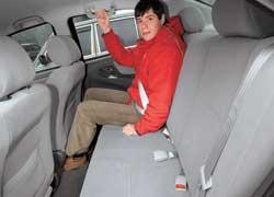 Места на заднем сиденье немного – при росте 177 см его впритык.