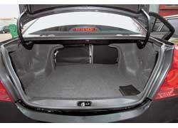 Удобство использования немаленького багажника снижает небольшой погрузочный проем.