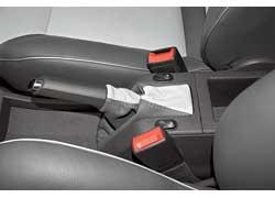 Стилисты тюнинг-центра выработали свой почерк: комбинацию серого с белым и тисненый логотип мы уже видели на одном Opel. Под кожей спрятали подогрев сидений.