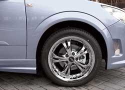 Колеса. Диски стали больше, покрышки – шире. Первые – хромированные марки FJB Racing, вторые– Dunlop SP Sport 225/45 R17.