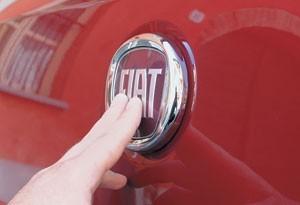 Кнопка открывания крышки багажника замаскирована под фирменную эмблему.