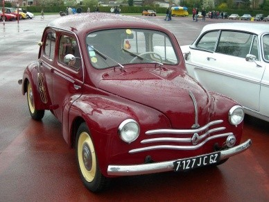 Эволюция автомобиля началасьв 1948 году - в семействепоявилась модификацияLux и грузопассажирский вариант. В 1949-мкрыша стала более выпуклой,добавляется модификация с22-сильным двигателем и кабриолет