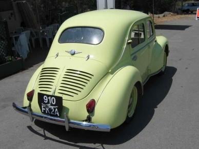 Втаком ракурсе Renault 4 CV очень похож на «народный автомобиль» Германии - бессмертного«жука»