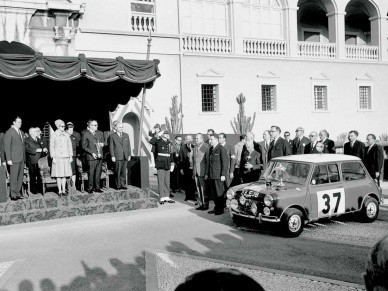 Церемония награждения экипажа Хопкирк-Лиддон - победителя ралли Монте-Карло 1964 года