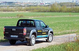 Для того чтобы перевезти тонну с лишнимгруза по отвратительной дороге уMazda BT-50 есть все что нужно