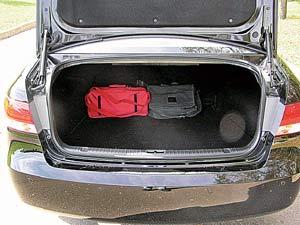 Случайно (или нет) запертому в огромном багажнике человеку вовсе не обязательно звать на помощь. Чтобы освободиться из плена, достаточно потянуть эту ручку...