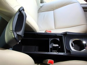 Вместительный бардачок в среднем подлокотнике Avensis\