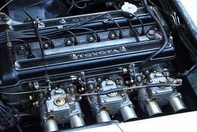 Toyota 2000GT. Автомобиль оснащался двухвальным шестицилиндровым двигателем с прямым впрыском топлива. За подачу топлива отвечали три двухкамерных карбюратора —  по карбюратору на каждый цилиндр.