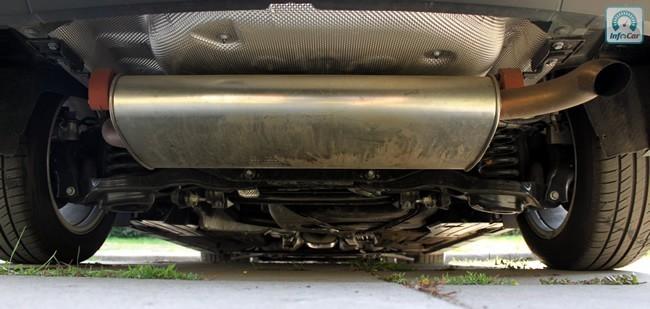 Глушитель расположен поперек автомобиля, благодаря чему риск повредить его о бровку ниже