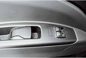 Здорово и удобно сделаны ручки открывания передних дверей Fiat. Потянул на себя  открыл двери, утопил ручку вниз  блокировал центральным замком все двери.