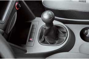Ход рычага переключения передач короче и четче, чем у конкурента. Система стабилизации ESP по умолчанию стоит на всех VW Caddy.