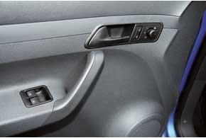 У VW электропривод наружных зеркал и стеклоподъемников  опция для начальной комплектации Startline. Открываем/закрываем центральный замок соответствующими кнопками.