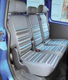 Среднему пассажиру в VW немного мешает трансмиссионный тоннель и подиум с воздуховодами.