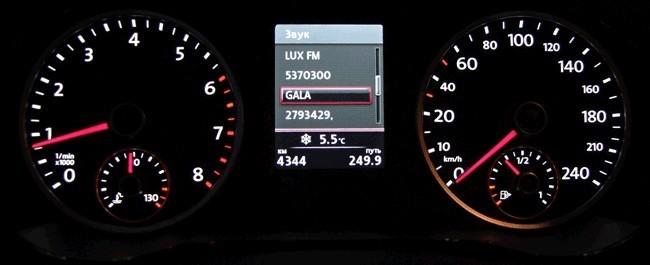 Панель приборов стандартная для большинства моделей VW, но экран теперь цветной