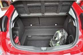 Багажник вырос на 22 л. В европейских авто без запаски центральная часть пола легким движением руки опускается вниз, увеличивая глубину багажника и общий объем  с 401 до 477 л.