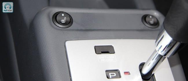 Еще одно новшество - подогрев передних сидений с кнопками на центральном тонеле