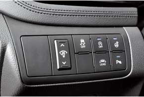 В топ-версии есть парктроник, ESP и система контроля за дорожной разметкой, которые можно отключить.
