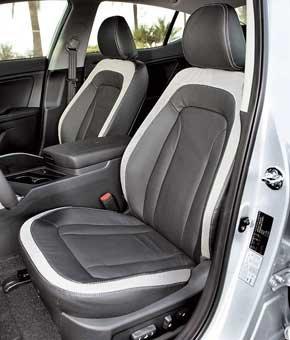 Многочисленные настройки водительского кресла (в том числе в поясничной области), а также регулируемая в двух плоскостях рулевая колонка позволяют комфортно расположиться за рулем Optima людям разного роста и комплекции.