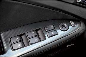 На подлокотнике водительской двери расположены кнопки электропривода стекол и зеркал заднего вида.