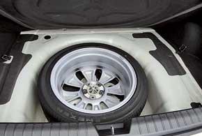 Объем багажника составляет 505 литров. В базовой комплектации машина оснащается полноразмерным запасным колесом.