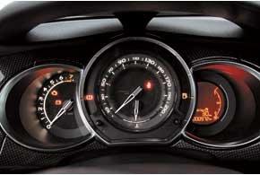 В салоне 150-сильной версии установлен руль, отделанный перфорированной кожей. Салон сделан «под карбон», в качестве опции  красная или желтая глянцевая панель. Экран бортового компьютера в правом «колодце» щитка приборов не попадает в стиль соседних стрелочных приборов. Климат-контроль для DS3 Sport Chic входит в «базу».