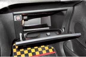 В Citroen столько пространства для ног, что крышка бардачка на колени пассажира не ложится, а сам отсек при этом просто огромный. Воздуховоды и подушка безопасности тоже поместились.