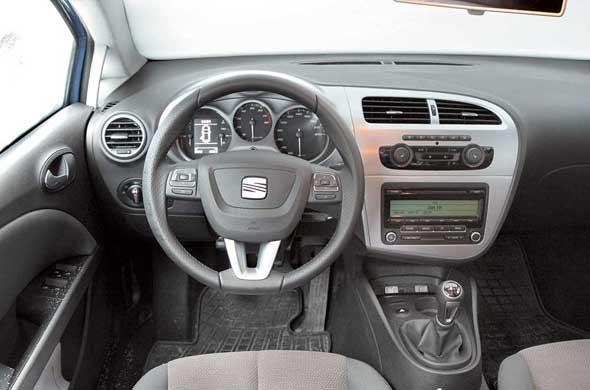 При сохранении общей стилистики оснащение салона выполнено на более современном и качественном уровне. Например, практически такой же блок климат-контроля можно увидеть в дорогих моделях Audi.
