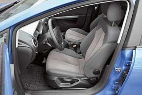 Все сиденья  с неплохой боковой поддержкой, регулировкой высоты и поясничного упора, а под креслом водителя есть небольшой бокс. Спортивные сиденья для этой комплектации недоступны.