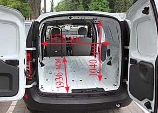 Распашные двери Logan Van можно зафиксировать на углы от 45 до 180 градусов. В кузове обеих машин есть шесть крюков для крепления груза.