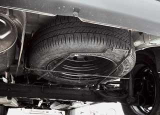 Полноразмерное запасное колесо традиционно для коммерческой техники находится под днищем грузового отсека.