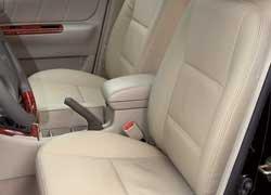 Спереди и сзади предусмотрены удобные центральные подлокотники. Оббитые кожзамом сиденья  прерогатива дорогой комплектации Impress.