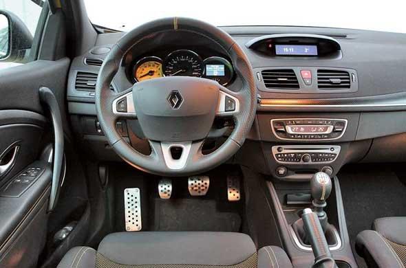 На удобном рулевом колесе, как в настоящем гоночном автомобиле, есть метка нулевого положения.