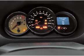 Главный в комбинации приборов  тахометр, обороты мотор набирает моментально.