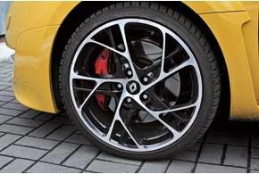 4-поршневые тормозные механизмы Brembo отлично осаживают машину даже с высоких скоростей.