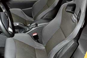 «Ковши» Recaro с регулировкой высоты и боковыми подушками безопасности в поворотах держат отменно.