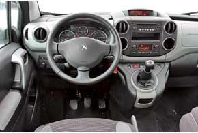 Органы управления такие же, как на Peugeot 308, но сама посадка  словно в небольшом минивене или внедорожнике. От коммерческой техники  сильно заваленный руль, а также множество полочек и боксов. Рычаг расположен очень удачно, переносить на него руку легко.