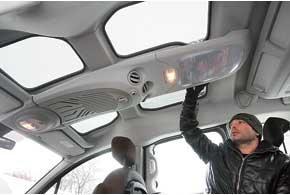 В огромной потолочной консоли  несколько полок разных размеров, индивидуальные дефлекторы обдува с регулятором потока и ароматизатор воздуха.