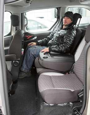 Сзади места для ног хотелось бы больше, зато над головой просторно. Наклон спинок сидений меняется; среднее превращается в столик. Еще два есть на спинках передних кресел.
